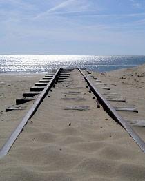 Schiene verläuft im Sand